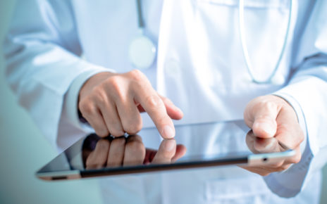 """Opracowano inteligentne bandaże, które monitorują gojenie ran poprzez """"słuchanie"""" ich"""