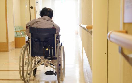 Larwy i martwica w ranach na nogach starszej kobiety przebywającej w domu opieki