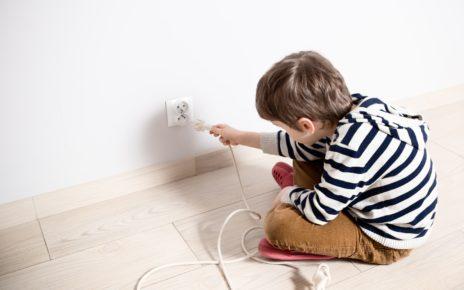 Czy wiesz jak groźna może być ładowarka do telefonu w rękach dziecka?